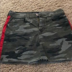 Express camo skirt with side stripe